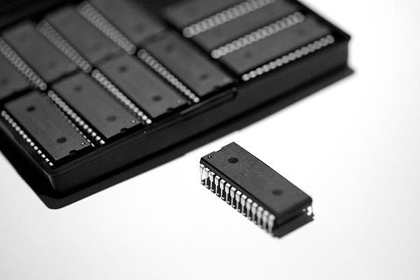 ARM Cortex M0 Dengan Kemasan DIP (foto dari http://www.adafruit.com/blog/2012/03/13/32-bit-meet-dip-arm-cortex-m0-in-dip-packages/)