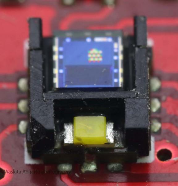 Sensor warna ADJD-S371 memperlihatkan LED
