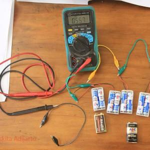 Mengukur tegangan batere seri