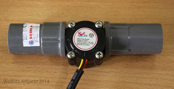 Water flow sensor dengan socket 1/2 inch terpasang