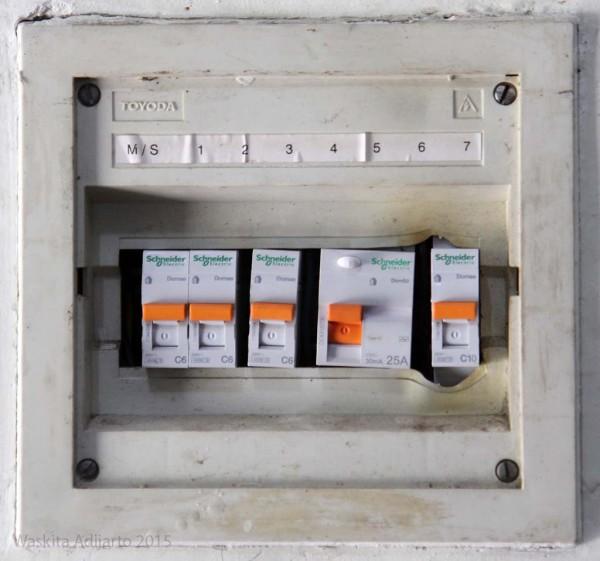 Panel listrik dengan MCB baru