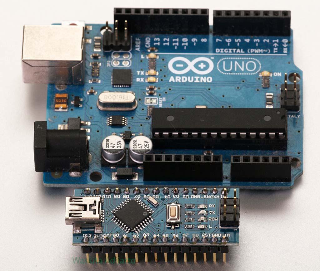Arduino nano di latar depan dengan Arduino Uno di latar belakang