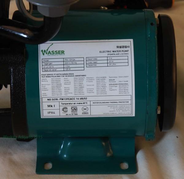 Label pada pompa air Wasser PW139. Nomor telepon service tercantum
