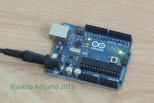 Arduino UNO dengan power supply dari power IN 9 volt