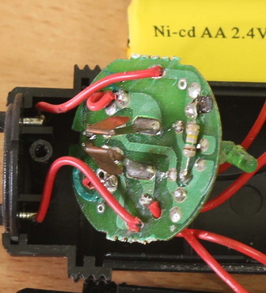 Raket nyamuk Tecstar: rangkaian charger