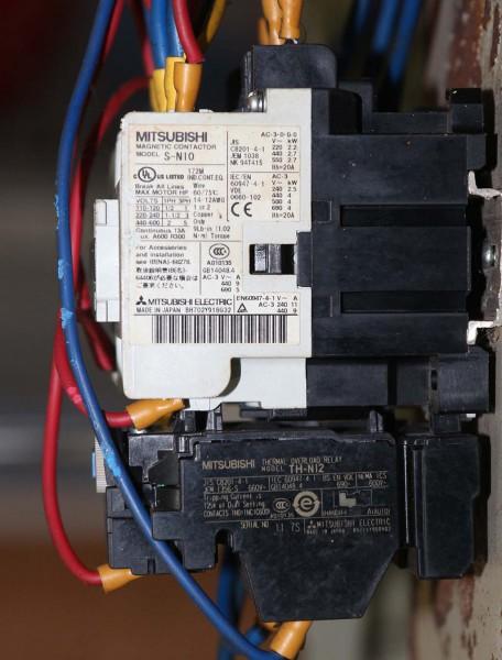 Kontaktor Mitsubishi S-N10 dan relay proteksi Mitsubitshi TH-N12
