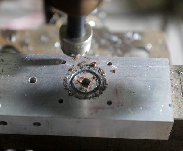 Proses pengeboran dengan holesaw 20 mm