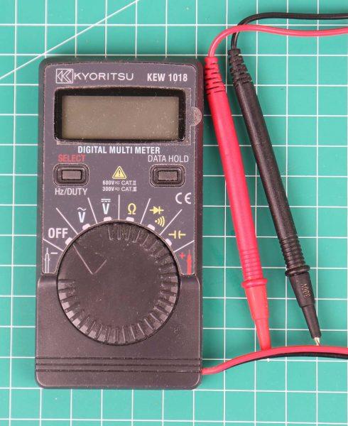 Kyoritsu KEW 1018 tampak belakang dengan 2 buah baterai tampak depan
