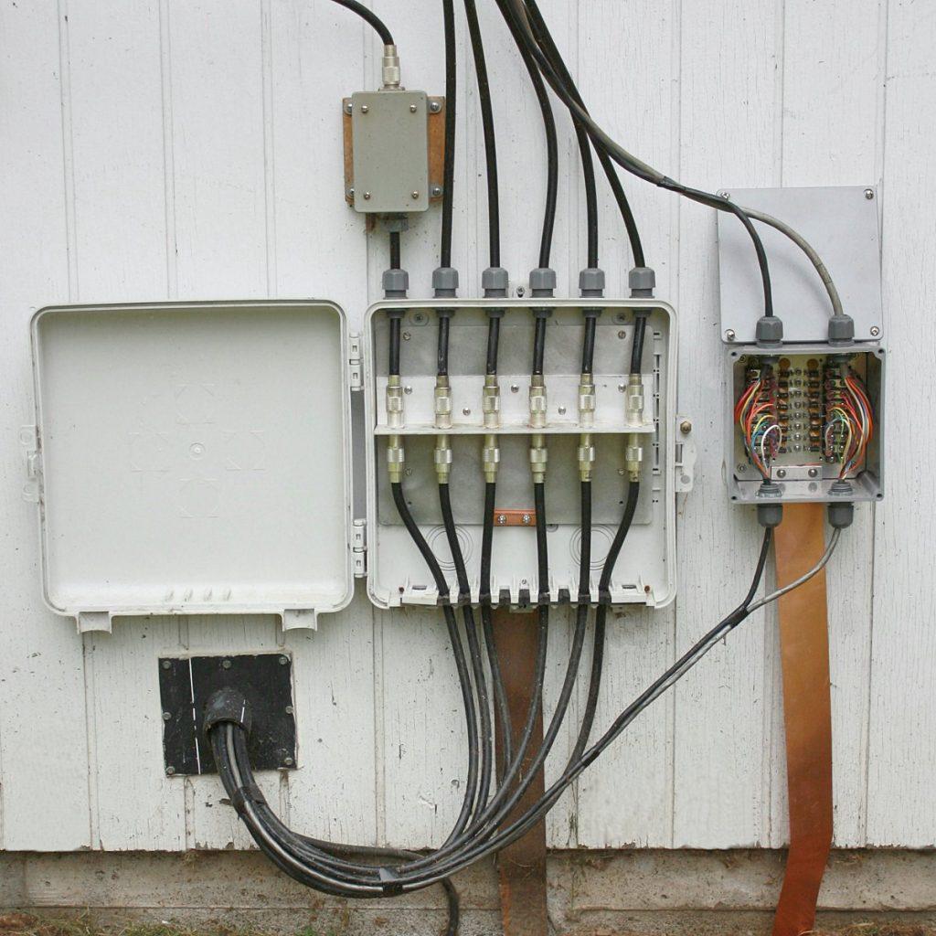 Panel surge arrester untuk perlindungan petir pada beberapa kabel koaksial dari luar rumah ke dalam rumah