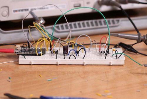 Rangkaian kendali digital dengan ESP32 dan op-amp LM358 tampak samping
