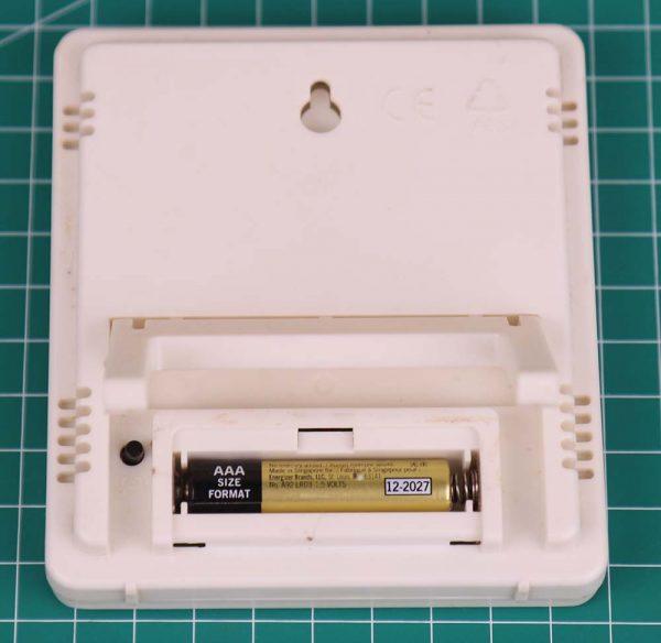 Termometer elektronik HTC-1 pengukur kelembaban dan temperatur tampak belakang dengan baterai AAA