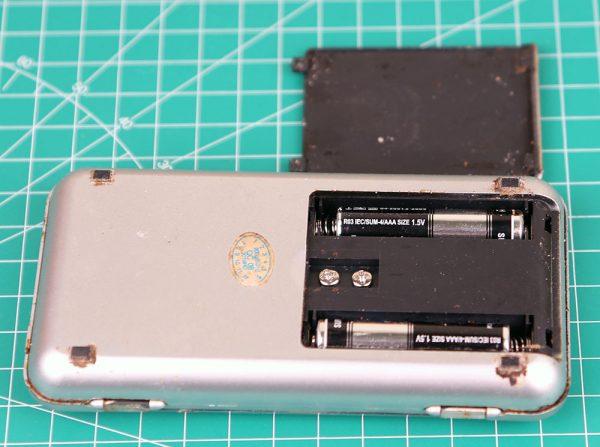 Timbangan digital mini menggunakan 2 buah baterai AAA tampak belakang