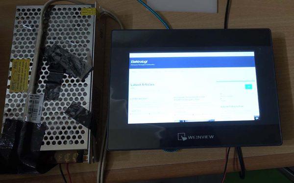 Tampak depan Weinview MT6071iP dengan power supply 24 volt di sebelahnya