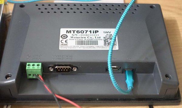 Tampak belakang MT6071iP, paling kiri adalah konektor power supply, di tengah adalah konektor serial RS232 dan RS485, di kanan adalah konektor USB