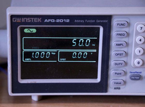 Sumber sinyal dari generator sinyal GW Instek AFG 2012